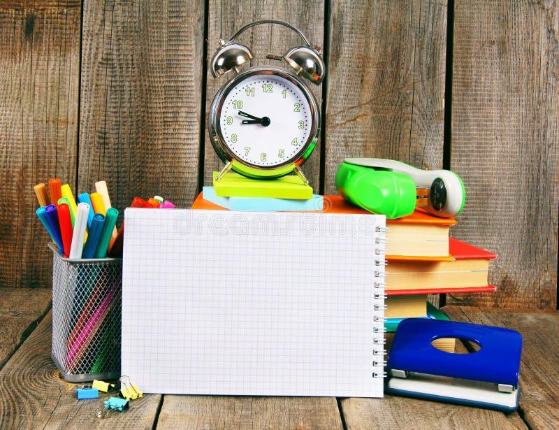 Taccuino, libri e strumenti della scuola fotografie stock libere da diritti