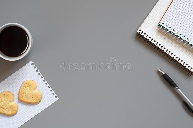 Taccuino, penna, caffè e biscotti fotografia stock libera da diritti