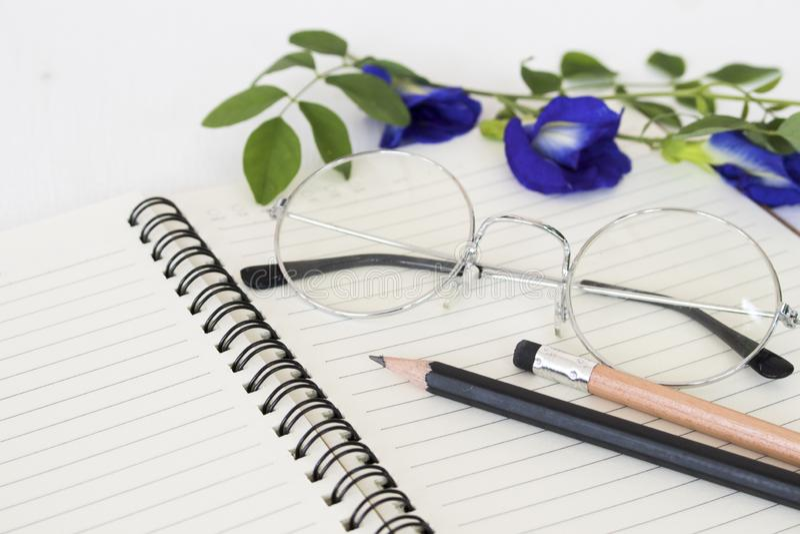 Taccuino per il memorandum con la matita, occhiali immagine stock