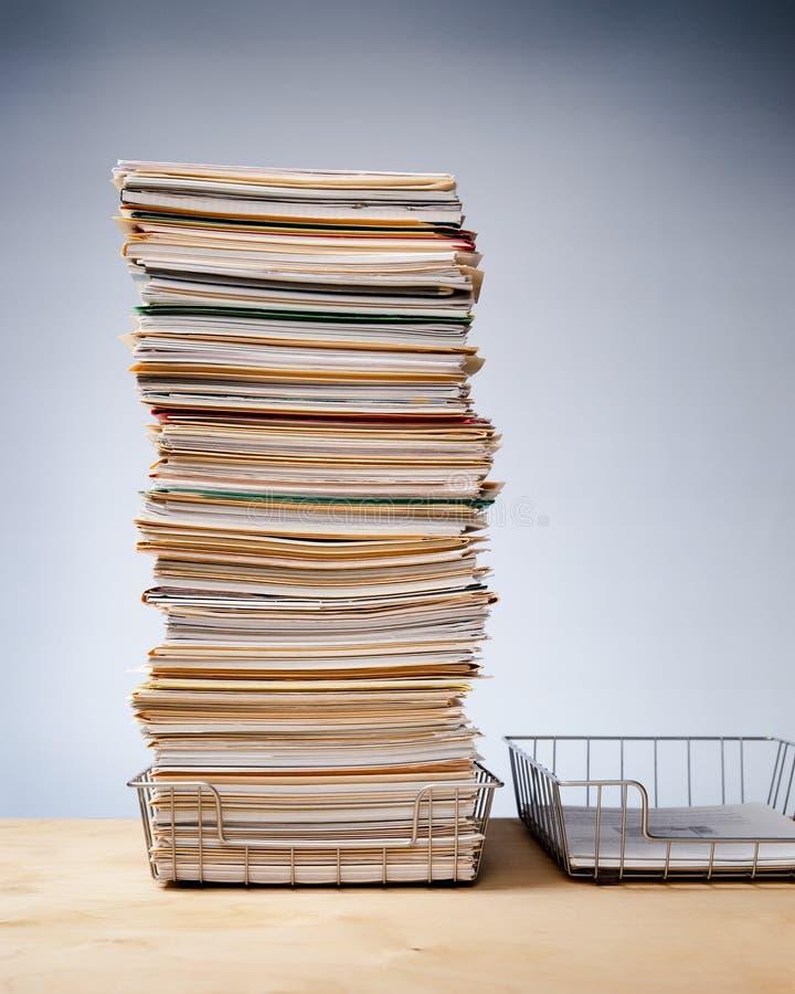 Tace na biurku z ambitnym stosem niekończących się papierowych rurek obraz stock