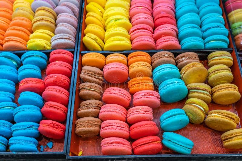 Tace stubarwni i słodcy macarons w Francuskim patisserie fotografia royalty free