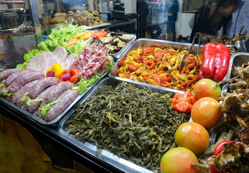 tace z warzywami i mięsem w samoobsługowej restauracji fotografia stock