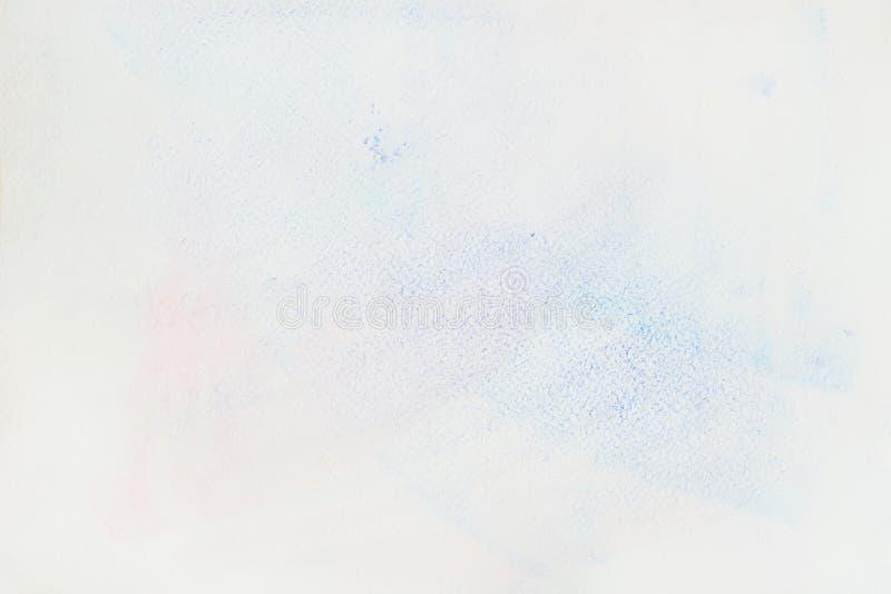 Tache bleue tendre très doucement tirée par la main d'aquarelle sur le blanc du papier d'eau-couleur, texture de papier de grain  image libre de droits