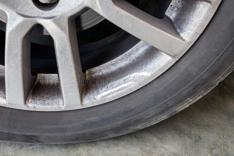 Tache d'huile de saleté de pneu de voiture de roue d'alliage image libre de droits
