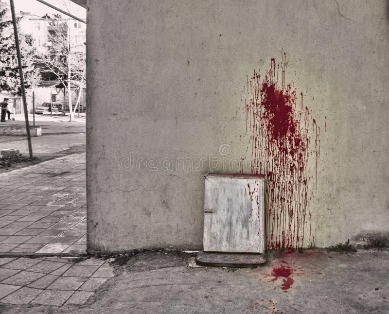 Tache de sang éclaboussée sur le fond blanc Musique de nuit Sang sur le mur et la terre photographie stock libre de droits