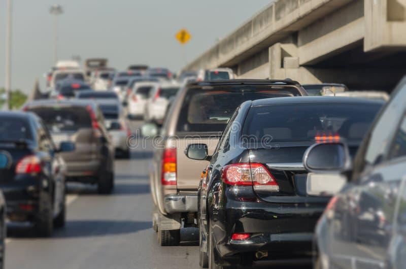 tache floue abstraite d'embouteillage avec la rangée des voitures images stock