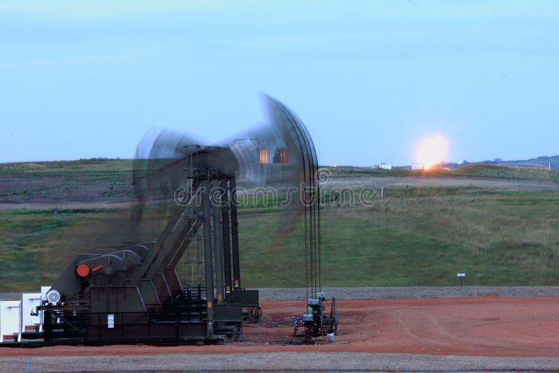 Tache floue de crics de pompe de quadruple avec la fusée à l'arrière-plan photo libre de droits