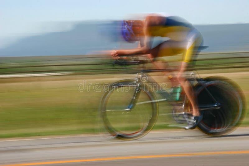 Tache floue de cycliste de Triathlete photo stock