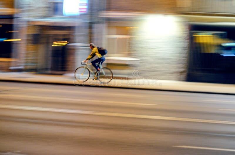 Tache floue de mouvement Bicyclette de recyclage masculine images stock