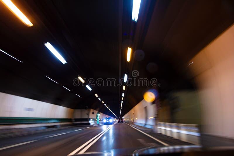 Tache floue de mouvement conduisant la voiture à la vitesse par un tunnel la nuit images stock