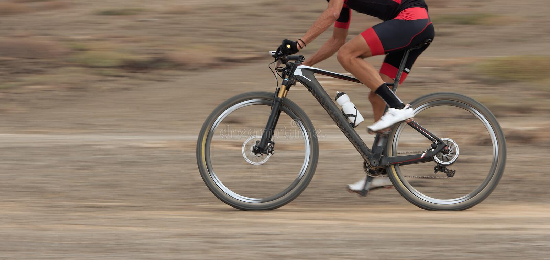 Tache floue de mouvement d'une course de vélo de montagne photos libres de droits