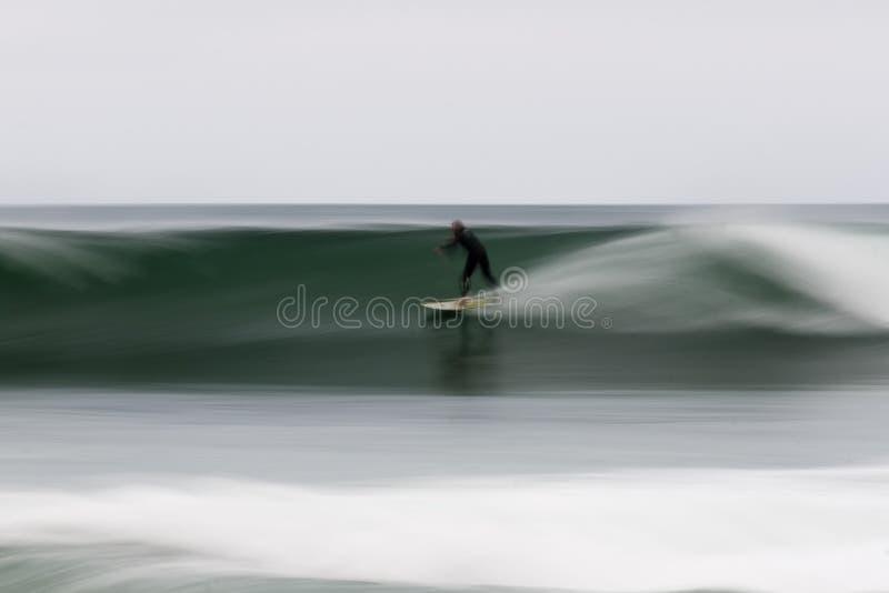 Tache floue de mouvement de surfer images stock