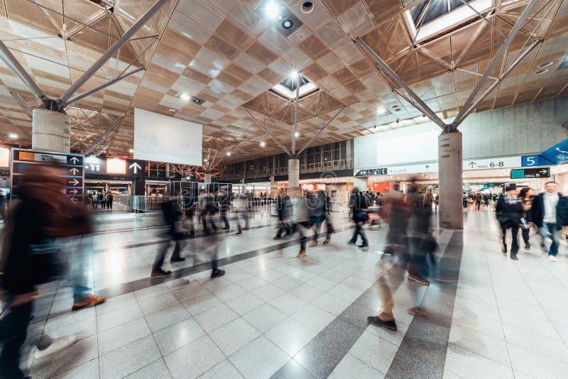 Tache floue de mouvement des personnes marchant dans le hall d'exposition public Foire d'affaires, salon de l'emploi, ou concept  image libre de droits