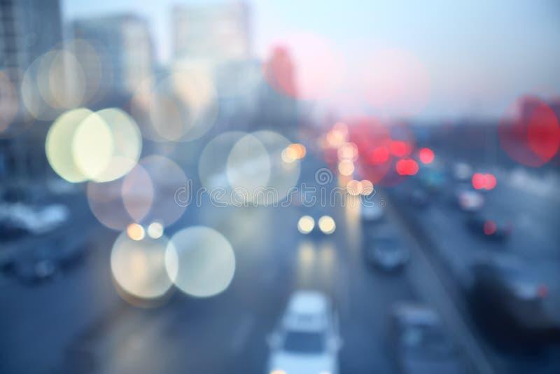 Tache floue de mouvement du trafic de soirée photos stock
