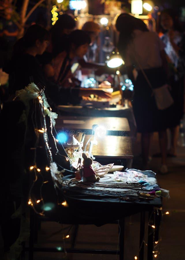 Tache floue de vie dans la rue du marché de nuit tirée hors focale images libres de droits