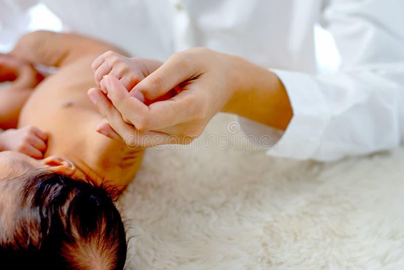 Tache floue et fin douces vers le haut de la main de l'enfant de prise de mère de vue avec le concept du lien de maman de l'amour photos libres de droits