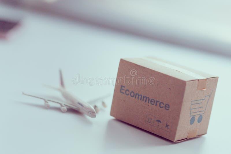 Tacheie caixas no tablet pc para a ordem dos clientes dos Web site através do Internet e envie-as no mundo inteiro fotografia de stock