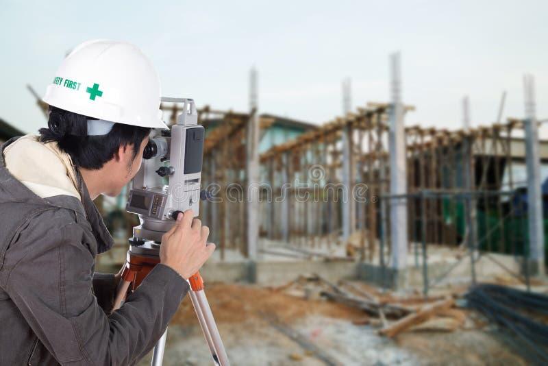 Tacheometer ou théodolite d'utilisation d'ingénieurs avec le constructi de bâtiment photos libres de droits