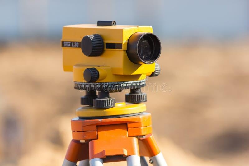 Tacheometer pour examiner sur le chantier de construction images stock