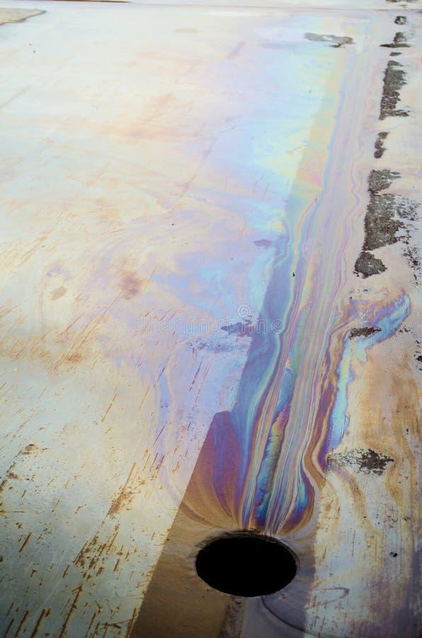 Taches chimiques colorées près du trou dans la route photos stock