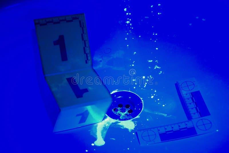 Taches de sang sous la lumière UV photographie stock
