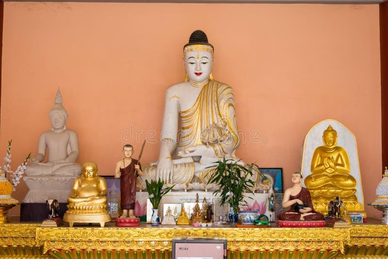 Tachileik, Myanmar - 26 de febrero de 2015: Estatuas de Budda en la pagoda de madera foto de archivo libre de regalías