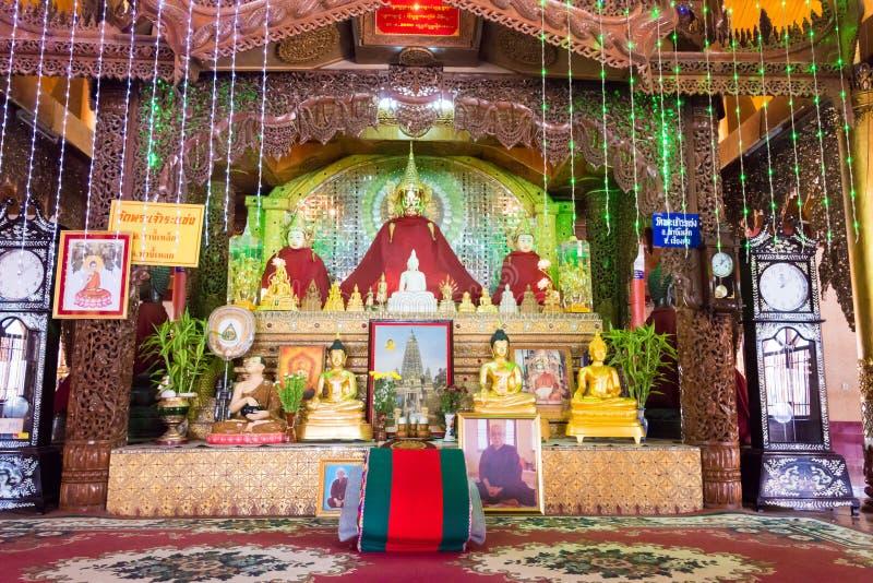 Tachileik Myanmar - Februari 26 2015: Budda statyer på träpagoden arkivbild
