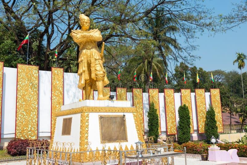 Tachileik Myanmar - Februari 26 2015: Staty av konungen Bayint Naung (lodisar arkivbild