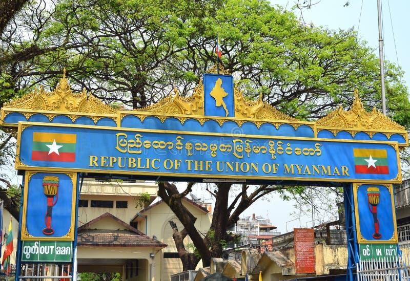 Tachileik Myanmar - Januar 24, 2019: Turister bes?kte den Tachileik gr?nsmarknaden fr?n Mae Sai, Thailand Den Tachilek eller Tha  royaltyfria bilder