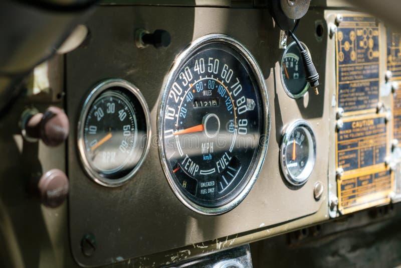 Tachymètre/tachymètre de vintage sur le vieux tableau de bord de voiture - oldti images stock
