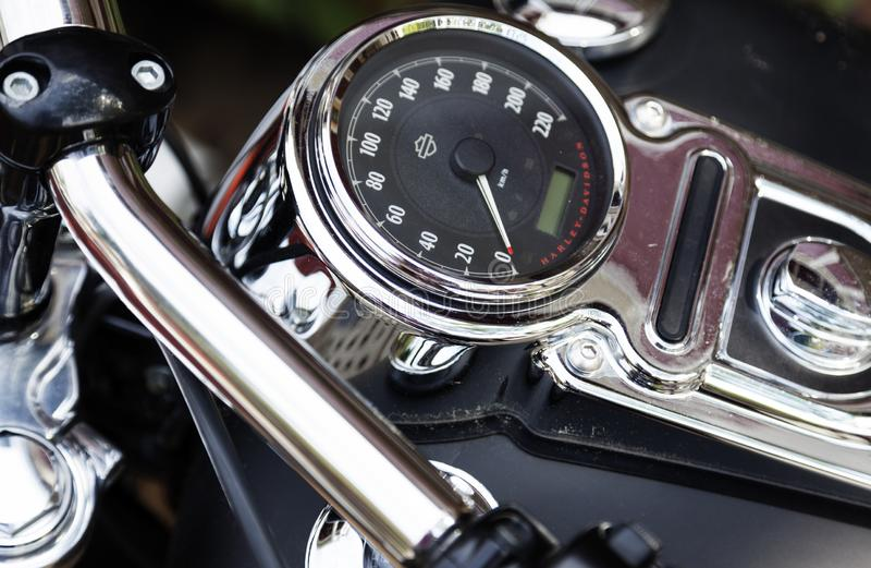 Tachymètre sur une moto rapide sur Roback photographie stock