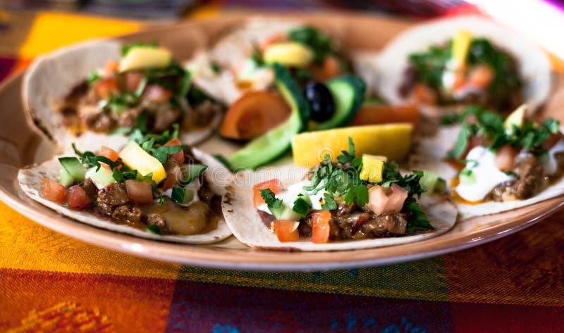 Taci messicani con carne tritata, i fagioli e le spezie su un piatto fotografie stock libere da diritti