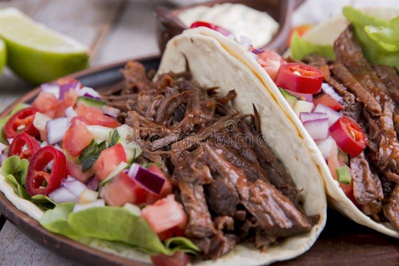Taci messicani con il pomodoro arrostito del manzo, della salsa e della salsa immagini stock