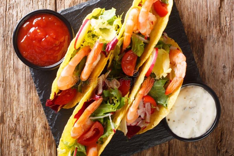 Taci messicani deliziosi con i gamberetti ed il primo piano delle verdure servito con le salse vista superiore orizzontale fotografie stock libere da diritti