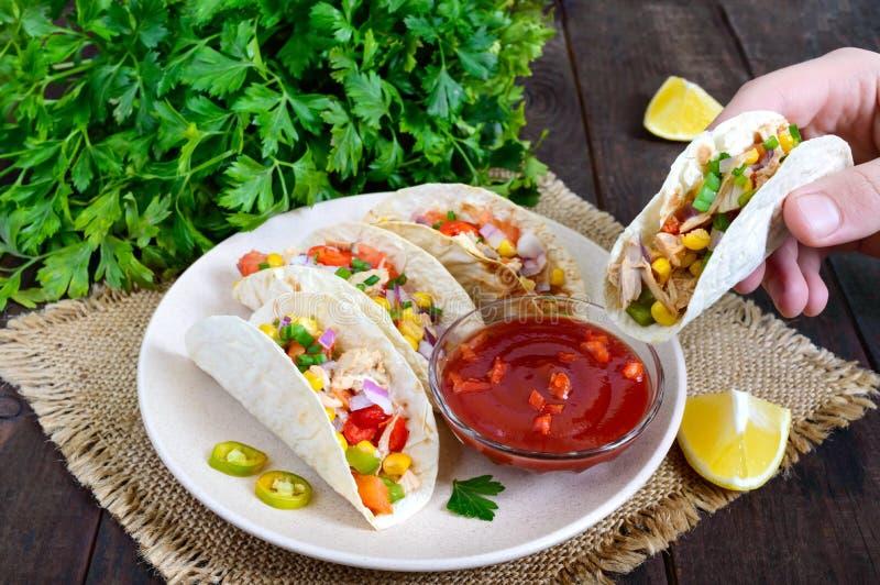 Taci - tortiglia del grano con carne, le verdure, i verdi ed il cereale con salsa al pomodoro su un fondo di legno scuro immagine stock libera da diritti