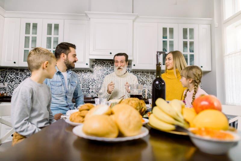 Tack för att du har firat traditionella familjemiddagsbegrepp Familj med barn Rostad kalkon, färska frukter, kakor och arkivbilder