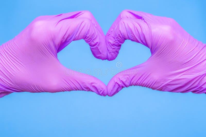 Tack för ditt koncept för hjälp med coronavirus Hand av läkare i hjärtform på medicinsk blå bakgrund Kärlek och omvårdnad royaltyfria bilder