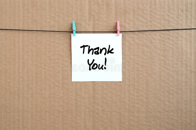 Tacka dig! Anmärkningen är skriftlig på en den vit klistermärke hängningar med a arkivbilder