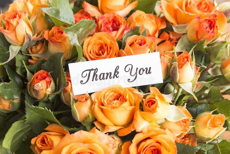 Tacka dig att card med buketten av orange rosor royaltyfri fotografi