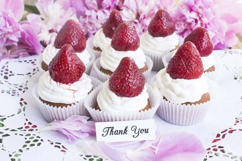 Tacka dig att card med jordgubbemuffin arkivbilder