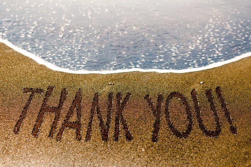 Tacka dig att uttrycka dragit på sanden av stranden royaltyfri fotografi