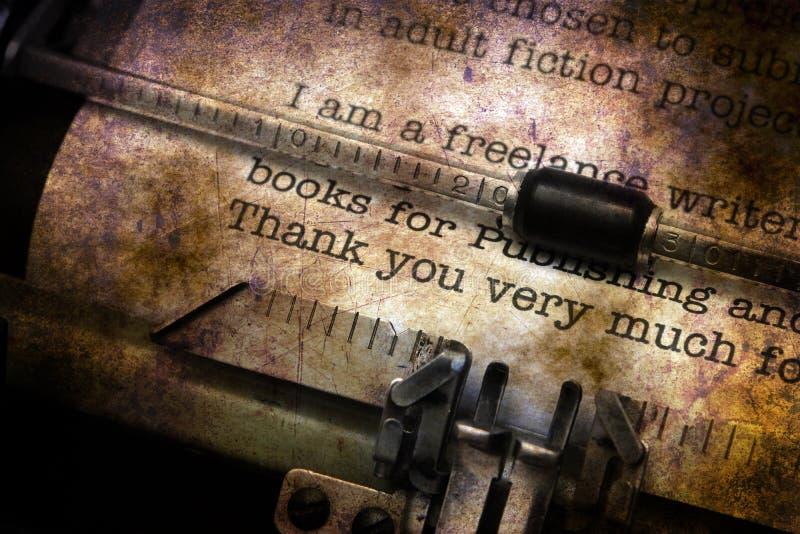 Tacka dig bokstaven på skrivmaskinen royaltyfria bilder