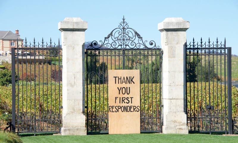 Tacka dig första Responders undertecknar in Napa Valley på staketet arkivbild