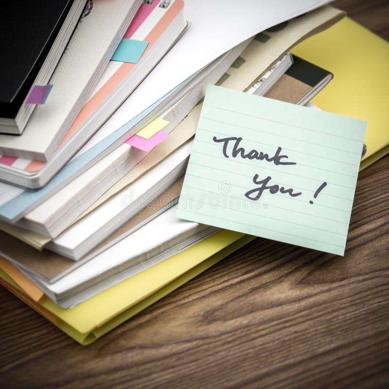 Tacka dig; Högen av affärsdokument på skrivbordet fotografering för bildbyråer
