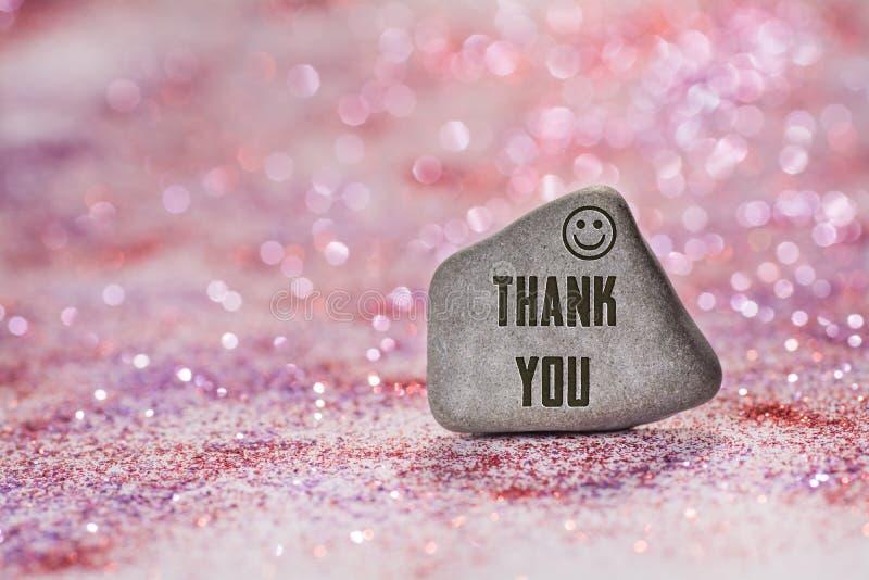 Tacka dig inristar på stenen arkivfoton