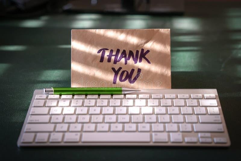 Tacka dig kortet inom ett kuvert arkivbilder