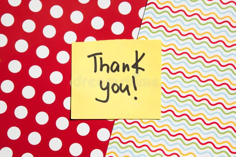 Tacka dig kortet med vibrerande färger, prickar och linjer på bakgrund, tacksamhetbegrepp arkivfoton