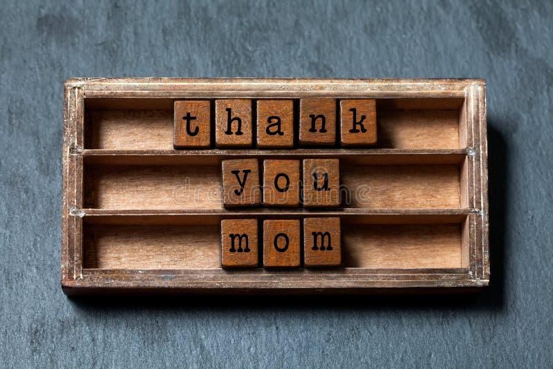 Tacka dig mammacitationstecknet Begrepp för moderdag, retro hälsningkort Tappningask, träkubuttryck med bokstäver för gammal stil royaltyfria foton