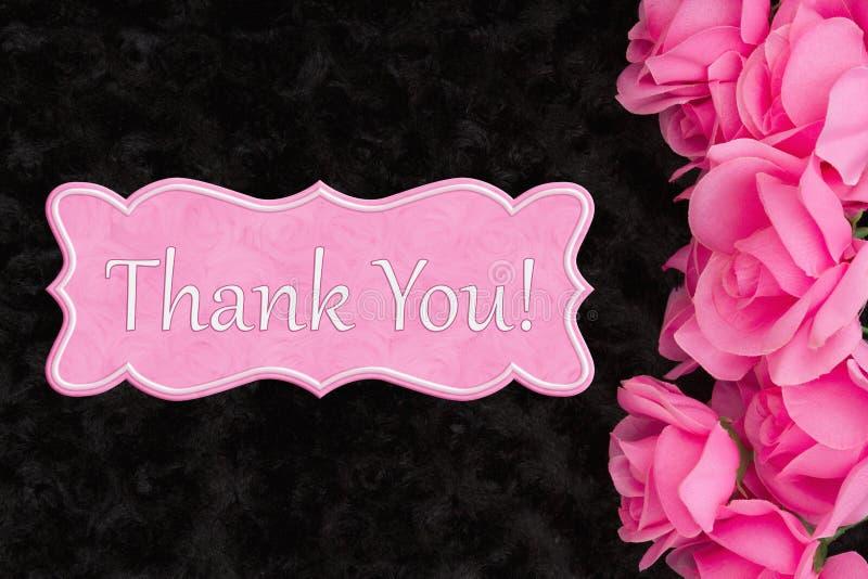Tacka dig meddelandet med rosa rosor på svart royaltyfri bild