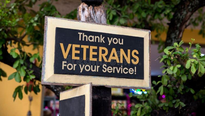 Tacka dig veteran som är skriftliga på ett träteckenbräde royaltyfri foto